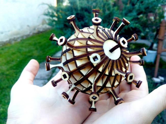 Drevený model korona-vírusu